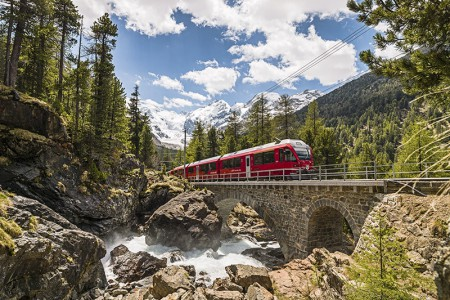 Camping Pradafenz empfiehlt die Zugstrecke mit dem Glacier Express oder mit dem Bernina Express über atemberaubende Viadukte